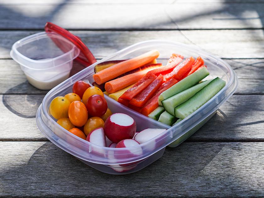Gemüse und Obst sind kalorienarme Snacks für unterwegs.