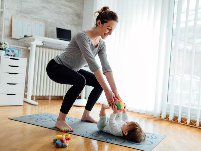Funktioniere Kniebeugen in ein Spiel für dein Baby um.