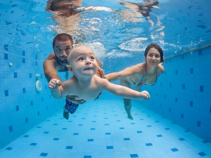 Schwimmen ist der perfekte Sport mit Baby und Kleinkind.