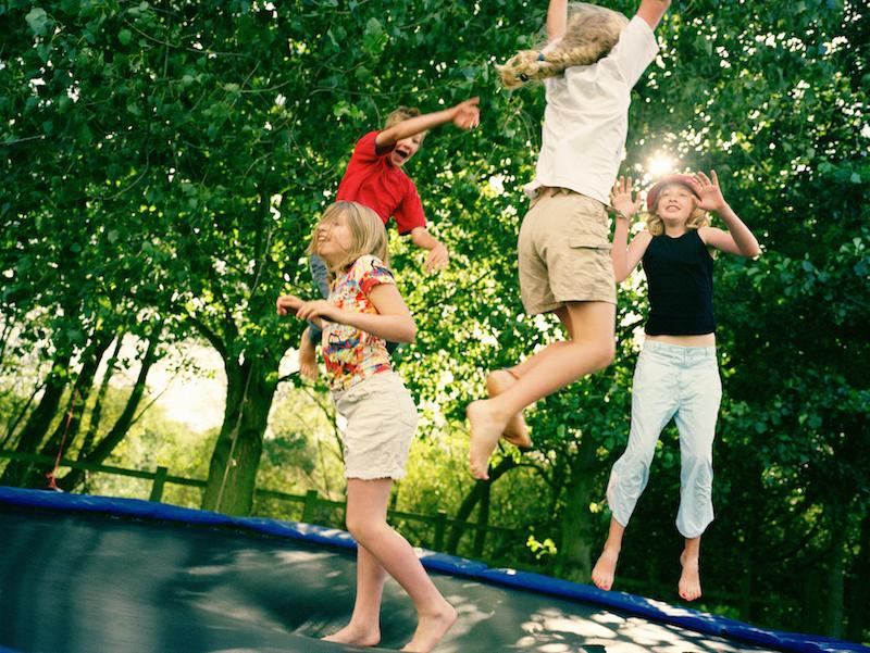 Ein Trampolin bringt viel Abwechslung und Spaß bei Sport mit Kindern.