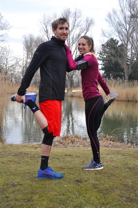 Dehne nach dem Partner-Workout die Oberschenkelvorderseite.