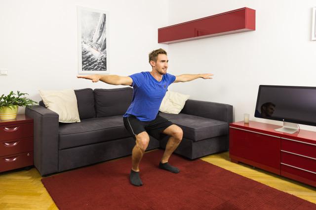 Die Kniebeuge mit Armkreisen ist eine der kreativsten Übungen gegen Rückenschmerzen.