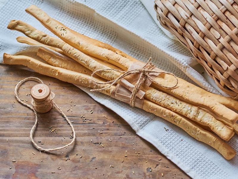 Gesunde Snacks wie Quinoabratlinge enthalten hochwertiges pflanzliches Eiweiß.