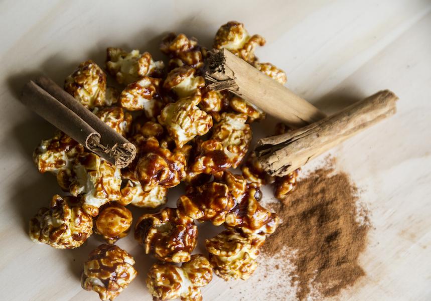 Zimt-Honig-Popcorn ist ein gesunder Snack und kann schnell zuhause zubereitet werden.