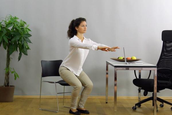 Durch einfache und regelmäßige Übungen kannst du Bewegung in deinen Tagesablauf integrieren.