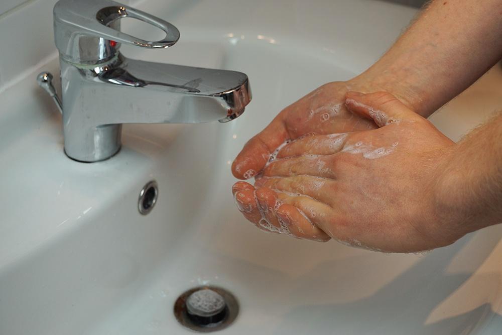 Danach eine pH-neutrale Seife in den Handflächen aufschäumen