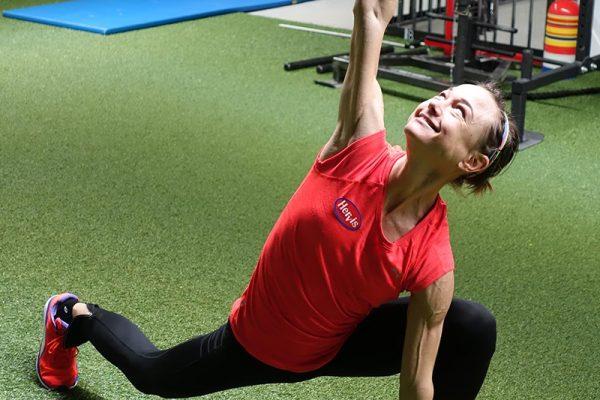 Beim sportlichen Weg nach oben kommt man an ausreichend Regeneration nicht vorbei: Triathletin Muckenhuber dehnt