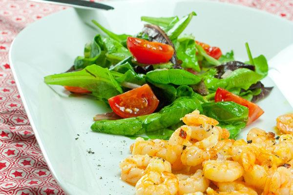 go4health serviert einen leichten, bunten Blattsalat - und dazu Garnelen mit reichlich Knoblauch und Chili.