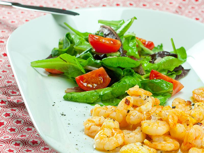 Schlemmerrezept: Bunter Salat mit Knoblauchgarnelen