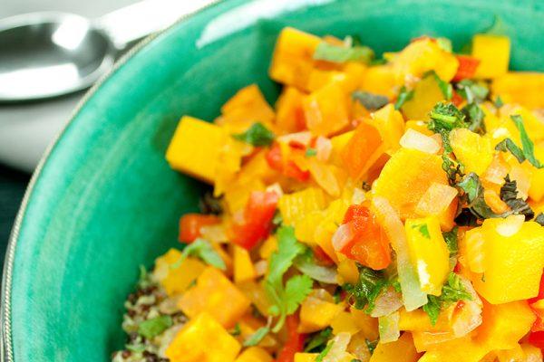 Die orientalische go4health Kürbis-Süßkartoffel-Bowl mit Joghurtsauce und Bulgur