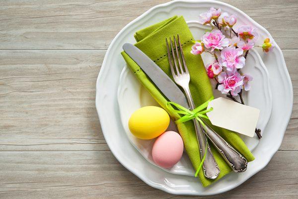 Gesunder Osterbrunch: Eier, veganer Hummus und Smoothies.