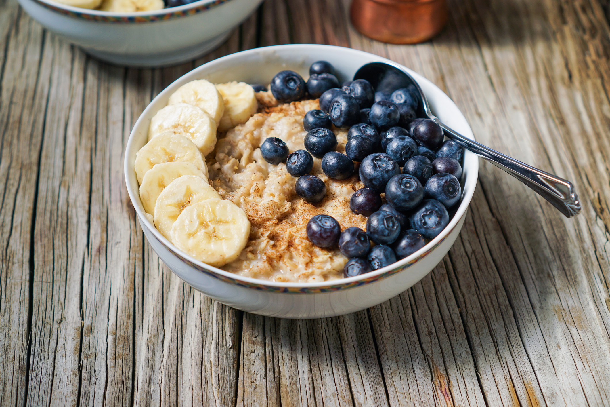 Fitness-Müsli mit Haferflocken und Obst ist ein idealer Post-Workout Snack.