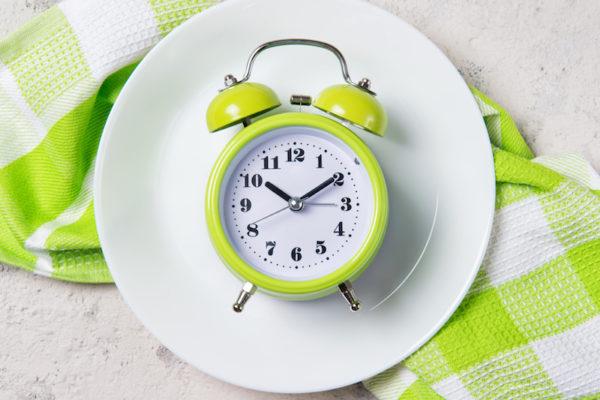 Mit Intervallfasten kannst du gesund abnehmen und den Stoffwechsel entlasten.