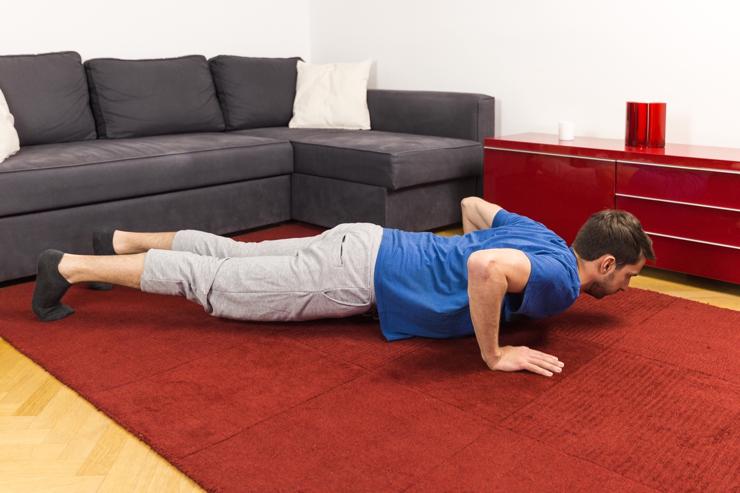 Für die richtige Liegestütze halte deine Arme in der Ausgangsposition und nah an deinem Körper.