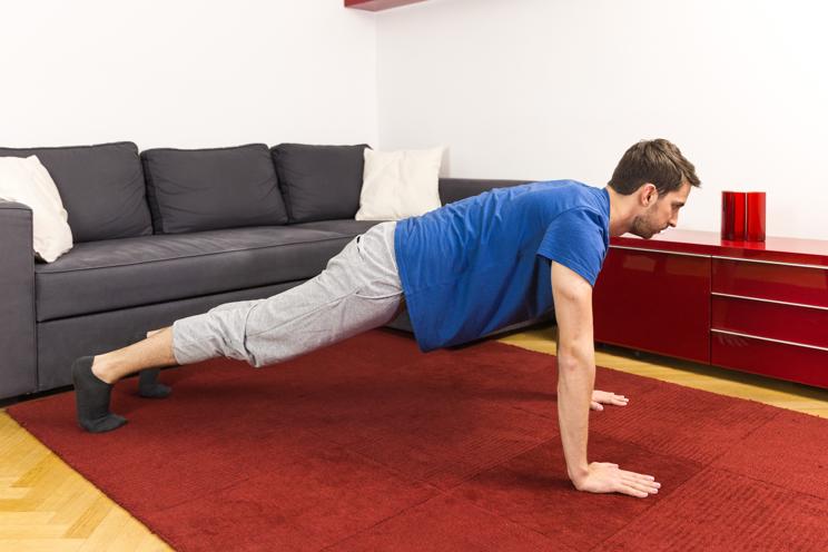 Drücke deinen Körper mit deinen Armen nach oben, um die richtige Liegestütze zu schaffen.