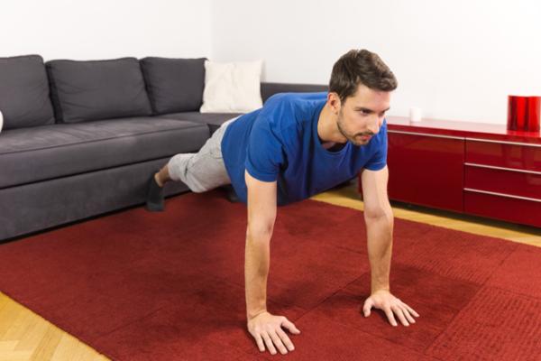 Für die richtigen Liegestütze müssen dein Ober- und Unterkörper eine gerade Linie bilden.