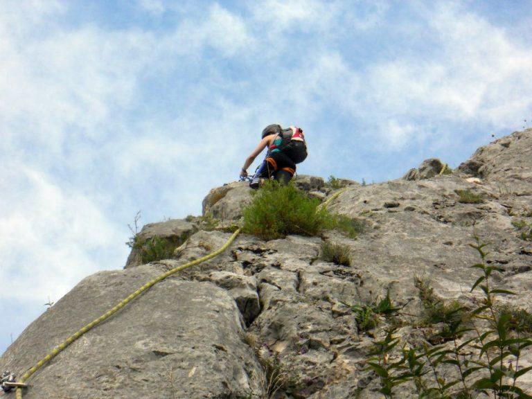 Klettern in den Bergen in der Natur.