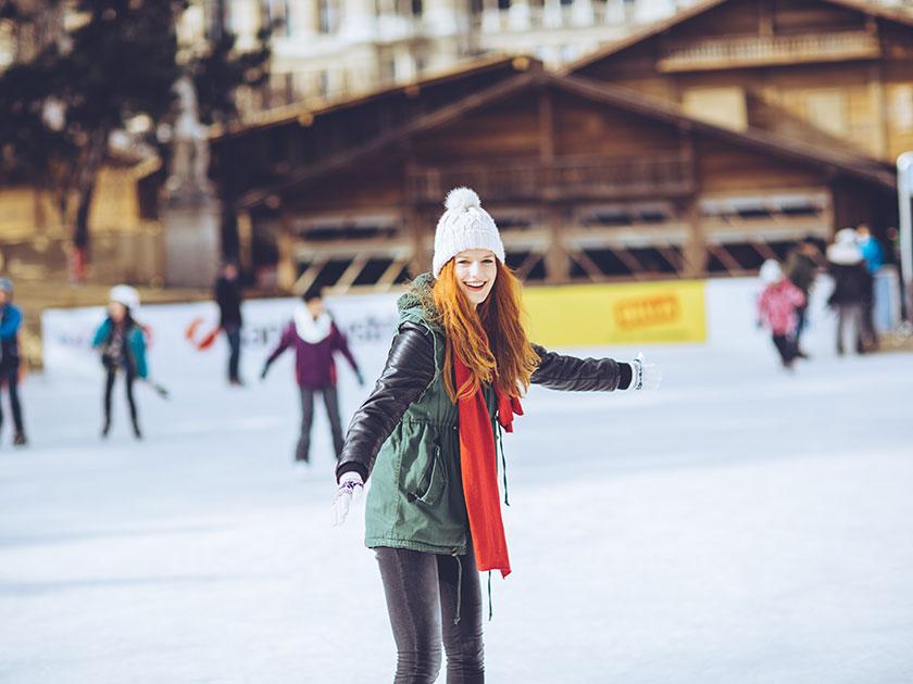 Saisonale Aktivitäten wie Eislaufen machen Spaß und holen dich aus dem Stimmungstief im Winter.