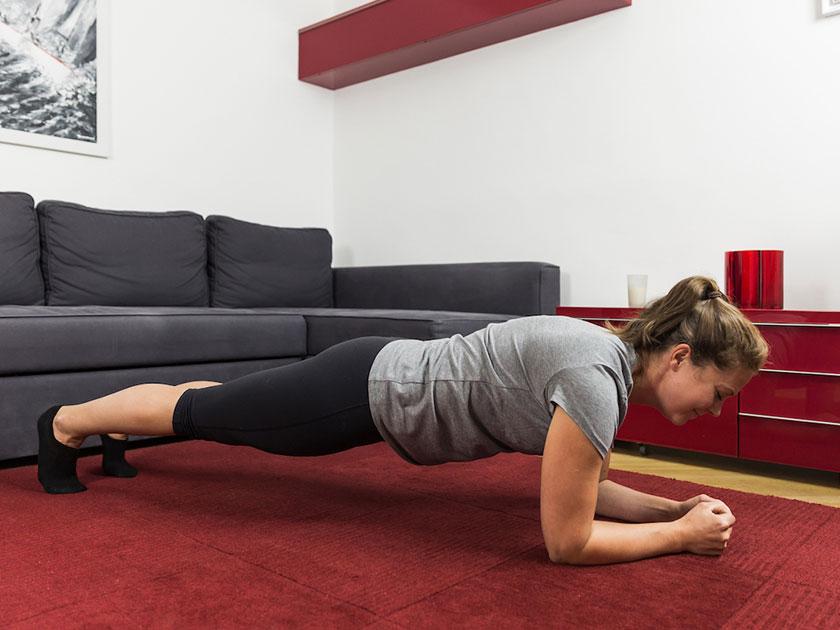 Der Plank-Klassiker ist sowohl für Anfänger als auch für Profis geeignet.