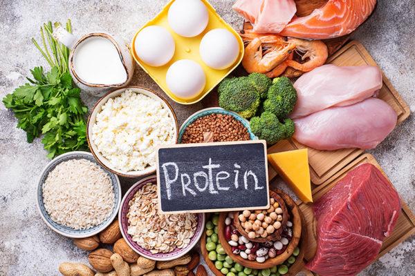 Proteinreiche Lebensmittel wie Fleisch, Eier und Joghurt eignen sich besonders am Abend.
