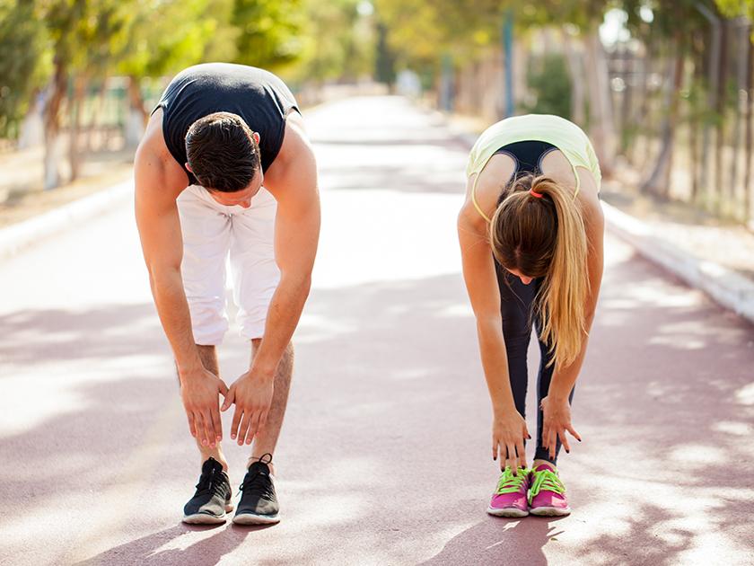 Mit dieser Stressabbau-Übung lockerst du deine Schultern.