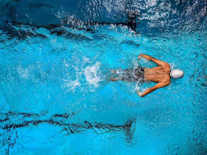 Schwimmen hält dich bei der Hitze fit.