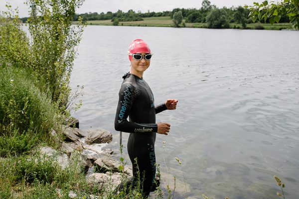Triathletin Mucki gibt Tipps zum Thema Schwimmen und Aufwärmen